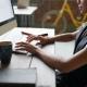 Mujer escribiendo en un computador