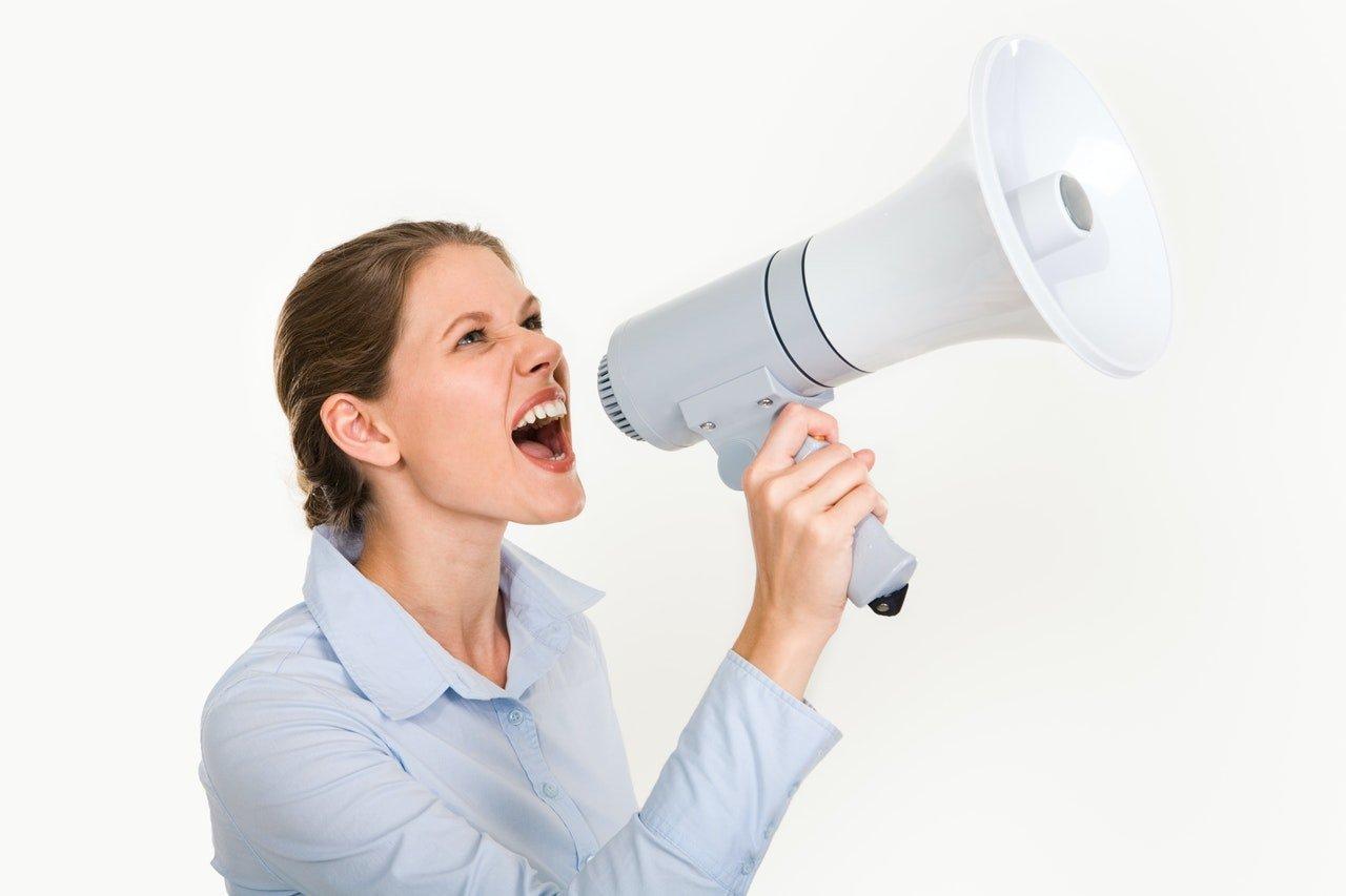 mujer con megáfono