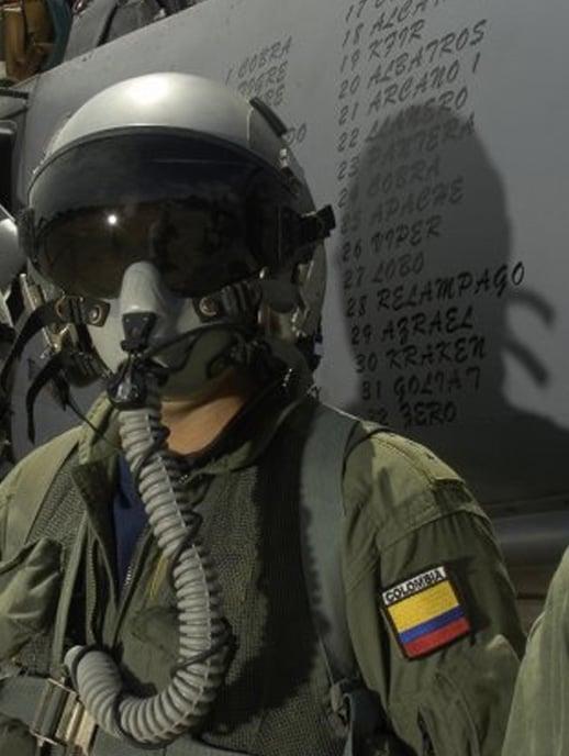 Piloto de la fuerza aérea con la bandera de Colombia en su uniforme y con máscara de vuelo.