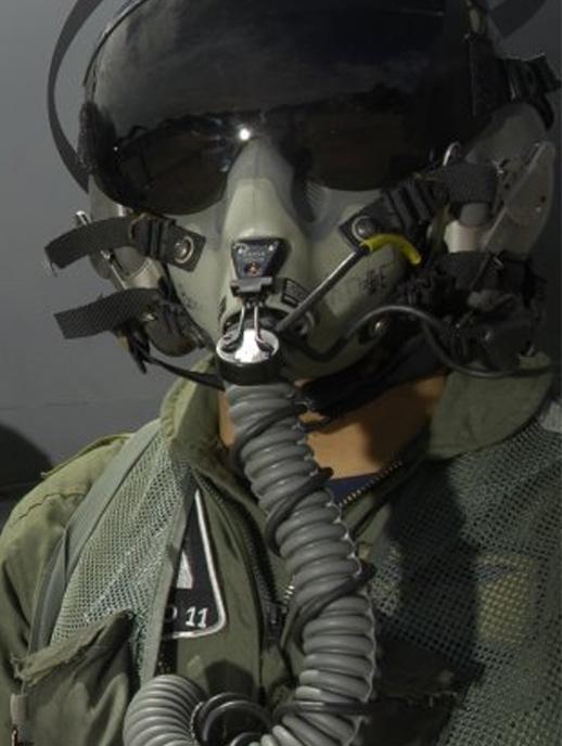 Piloto de la Fuerza Aérea con máscara de vuelo.